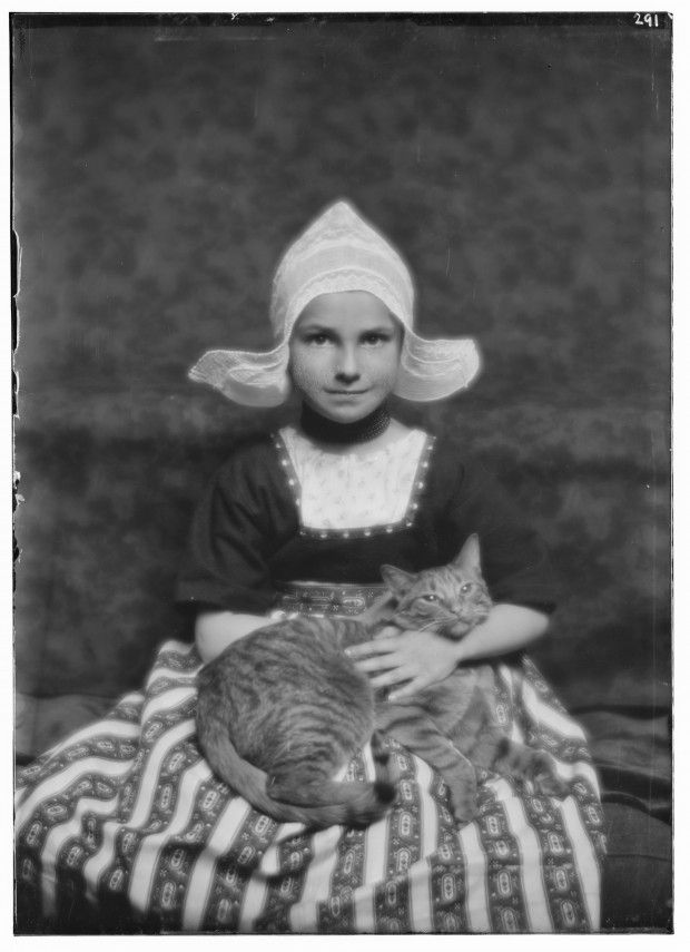 Little Girl and Buzzer the Cat 1910 vintage photos of cats
